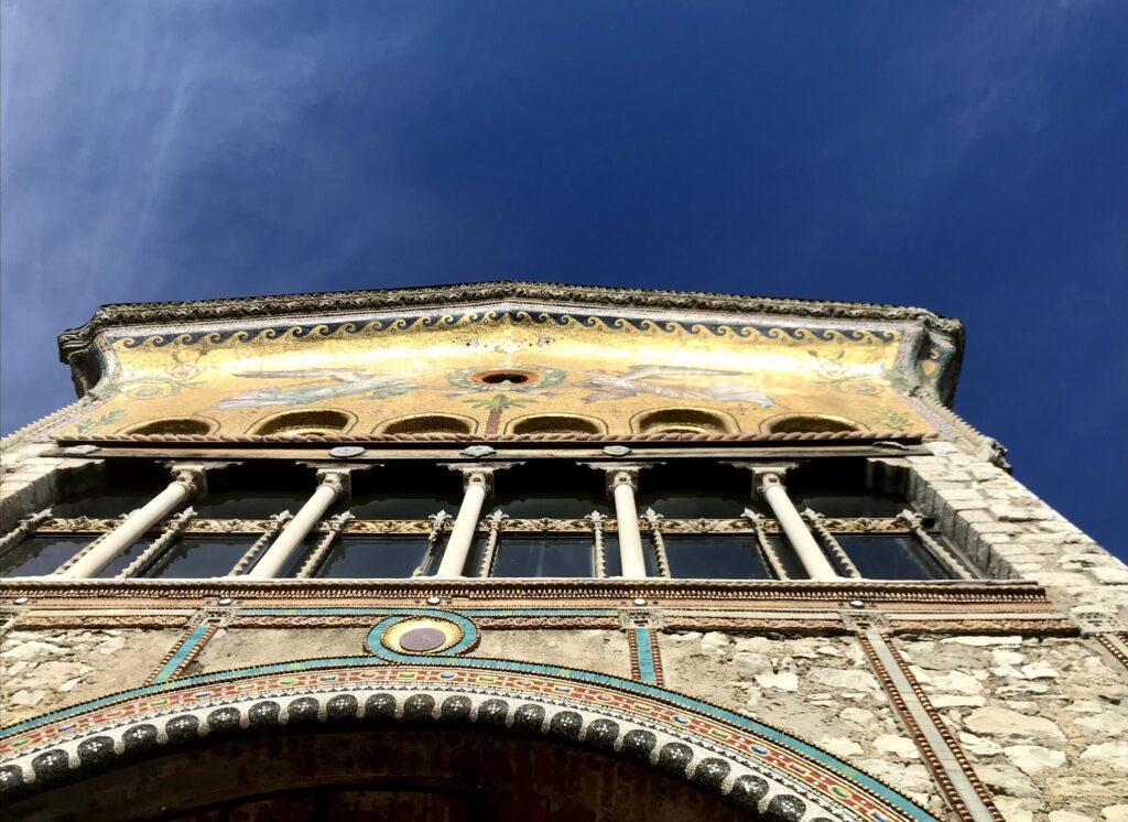 Frontone con mosaico
